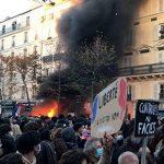 2020年11月28日、フランスのパリで、新法案に反対しデモを行う人々の写真