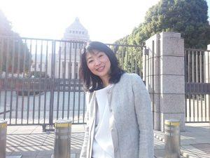 国会議事堂の前に立つ三宅雪子さん